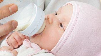 Изображение для статьи — В каких случаях срыгивание у младенцев считается нормой, а когда стоит обратиться к врачу?
